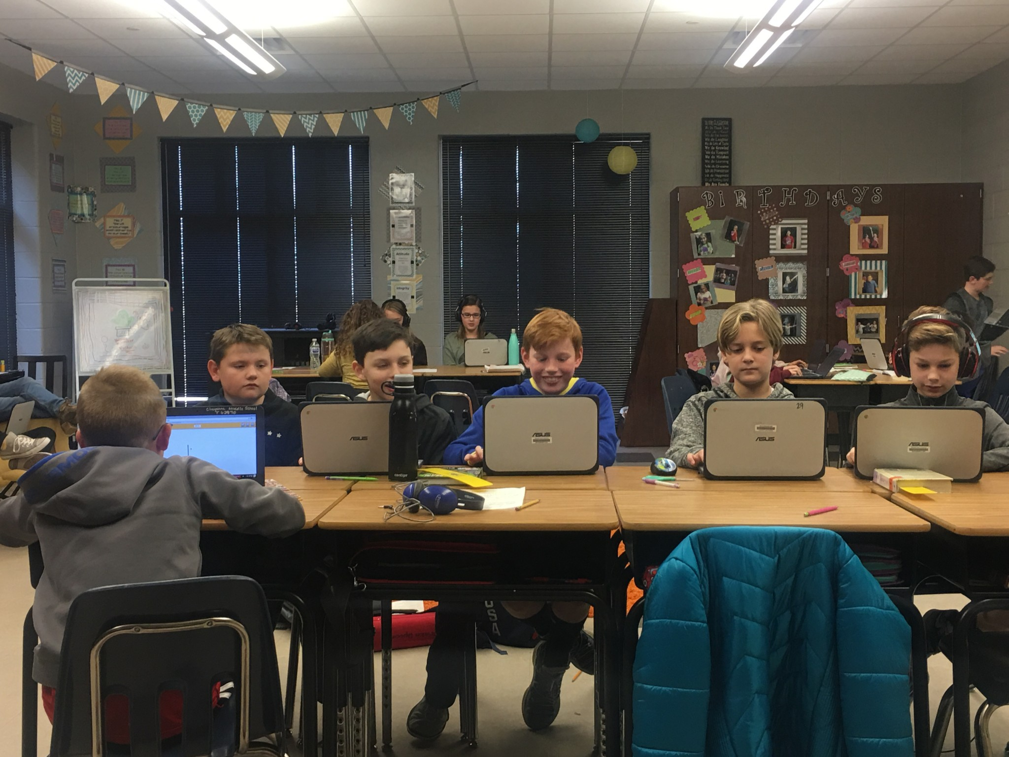 5th grade students with chromebooks